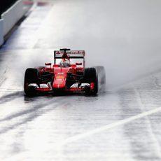 Sebastian Vettel rodando sobre el asfalto mojado