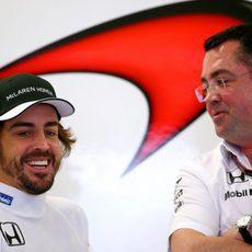 Fernando Alonso y Eric Boullier sonríen en el box