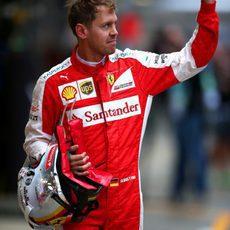 Sebastian Vettel salundando a la afición rusa