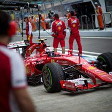 Kimi Raikkonen pasando por boxes