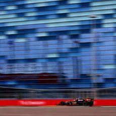 Pastor Maldonado trata de mantener el coche en la pista