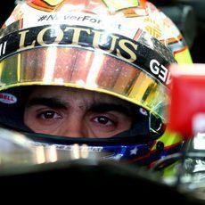 Pastor Maldonado en el coche antes de salir