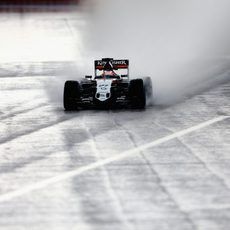 Nico Hülkenberg avanza en la lluvia de Sochi