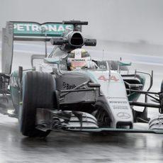 Lewis Hamilton 'baila' bajo la lluvia en Rusia