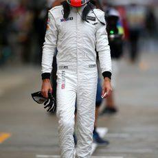 Jenson Button camina a lo largo del pitlane