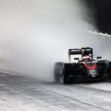 Jenson Button completando una de sus vueltas en mojado