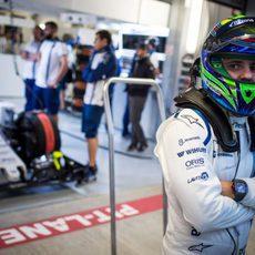 Felipe Massa de brazos cruzados en unos libres con poca actividad en pista