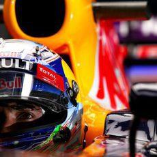 Daniel Ricciardo espera en el garaje debido a la lluvia