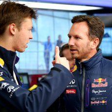 Daniil Kvyat charla con Christian Horner en el box de Red Bull
