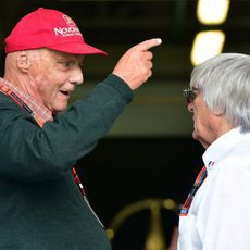 Bernie Ecclestone habla con Niki Lauda