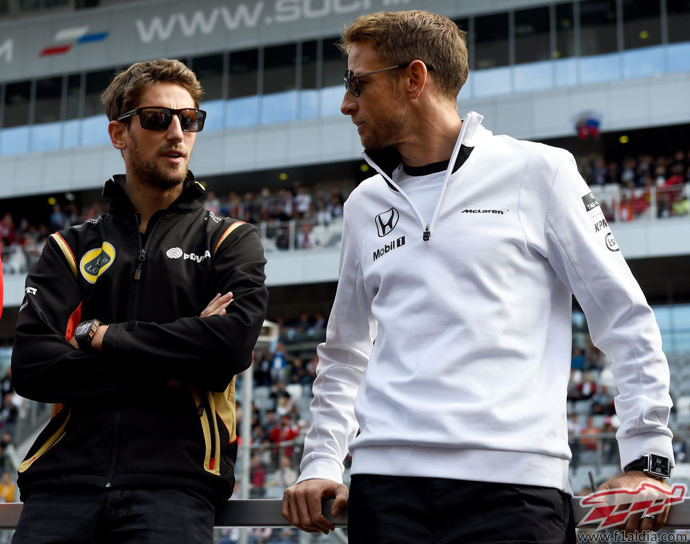Jenson Button y Romain Grosjean antes de la carrera