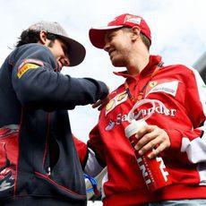 Carlos Sainz charla con Sebastian Vettel