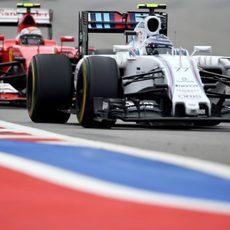 Valtteri Bottas intenta defenderse del ataque de Räikkönen