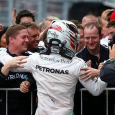 Lewis Hamilton celebra la victoria con su equipo