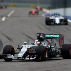 Lewis Hamilton abre hueco para completar una cómoda carreraq