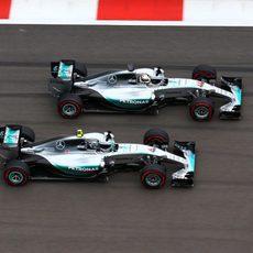 Nico Rosberg se defiende muy bien del ataque de Hamilton