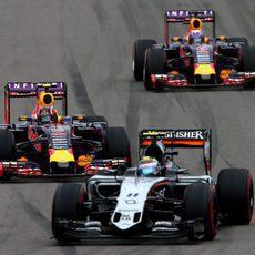 Los pilotos de Red Bull lucharon para recuperar posiciones
