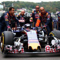 Max Verstappen es empujado hasta su posición de salida