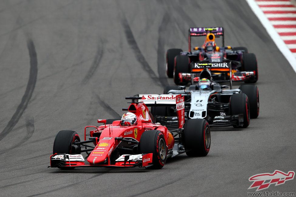 Sergio Pérez luchando con Sebastian Vettel