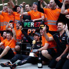 El equipo Force India celebra el podio de Sergio Pérez