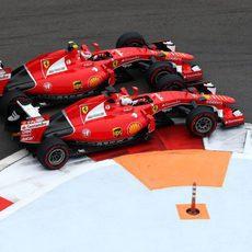Los dos Ferrari luchan muy emparejados