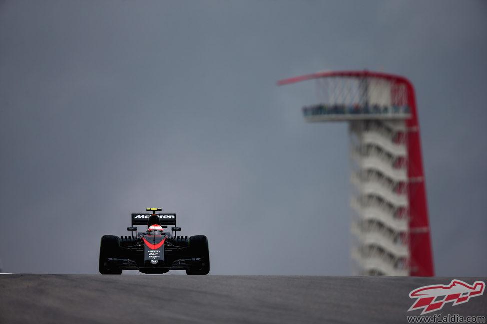 Jenson Button levanta agua en la pista de Austin