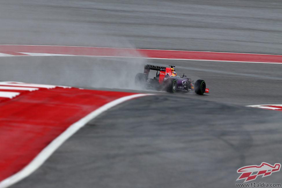 Daniel Ricciardo rueda en los lluviosos Libres 1