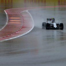 Valtteri Bottas rueda en el encharcado Circuito de las Américas