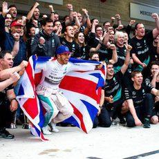 Lewis Hamilton festeja con su bandera el tercer título