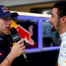 Pierre Gasly aprovechó la ausencia de actividad en pista para hablar con Ricciardo