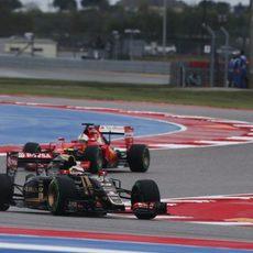 Pastor Maldonado luchando por posición con un Ferrari