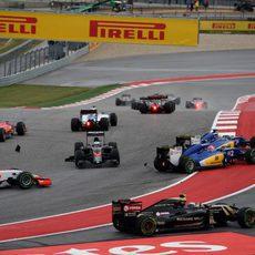 Fernando Alonso queda trompeado en la curva 1