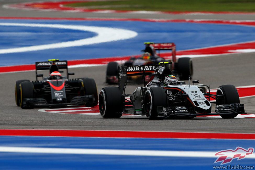 Jenson Button atacando a Sergio Pérez