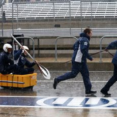 El equipo Sauber se entretiene mientras llueve
