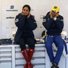 Felipe Nasr y Monisha Kaltenborn esperando en el box