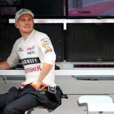 Nico Hülkenberg miraba la pista a la espera de que las condiciones cambiasen