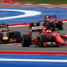 Sebastian Vettel adelanta a los Red Bull