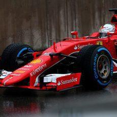 Sebastian Vettel intenta marcar un buen crono en la clasificación