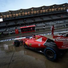 Sebastian Vettel saliendo del garaje