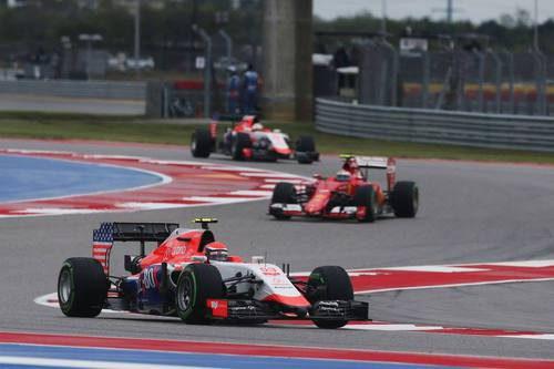 Los dos Manor rodando con un Ferrari