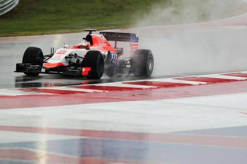 Will Stevens pilotando bajo la intensa lluvia