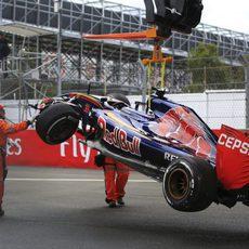 La grúa retira el coche de Max Verstappen en México