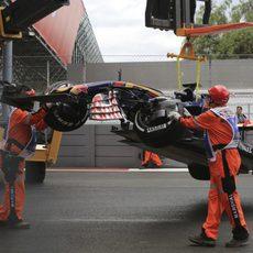 Los comisarios retiran el monoplaza de Max Verstappen