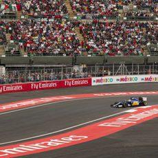 Marcus Ericsson pilotando ante la afición mexicana
