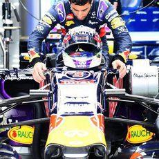 Daniel Ricciardo subiendo a su monoplaza