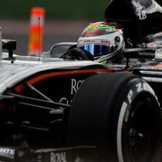 Detalle de Sergio Pérez pilotando