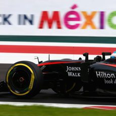 Fernando Alonso rueda con neumáticos blandos