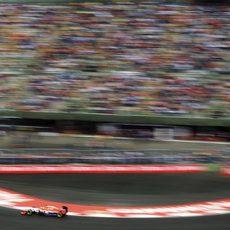 Will Stevens rueda junto a las abarrotadas gradas de México