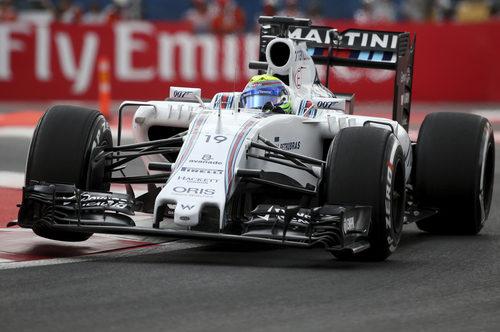 Felipe Massa ataca los bordillos en Mexico