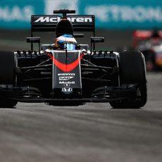 Fernando Alonso vigila por el retrovisor a Verstappen